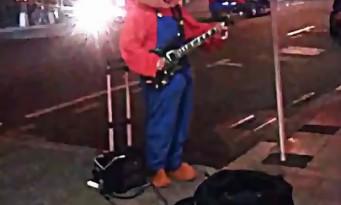 Un guitariste joue le thème de SUPERMARIO déguisé en MARIO