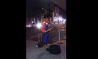 Un guitariste joue le thème de SUPER MARIO déguisé en MARIO