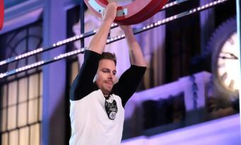 Stephen Amell d'ARROW prouve qu'il est un véritable superhéros dans un jeu télé !