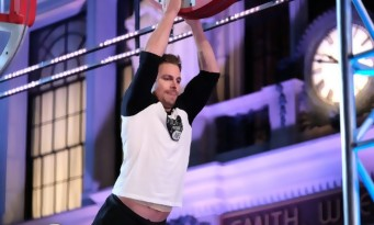 NINJA WARRIOR : Stephen Amell (Arrow) impressionnant dans la version US du jeu