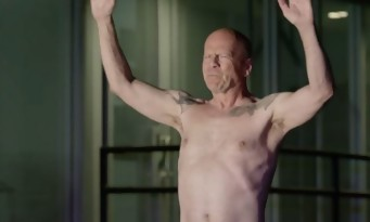Bruce Willis nu sur un skate en mode John Wick face à Jason Momoa