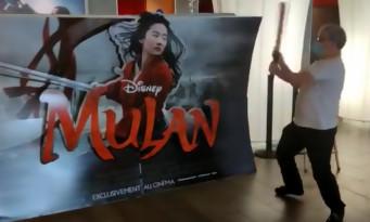 Un exploitant de cinéma détruit l'affiche de MULAN avec une batte en réaction à Disney