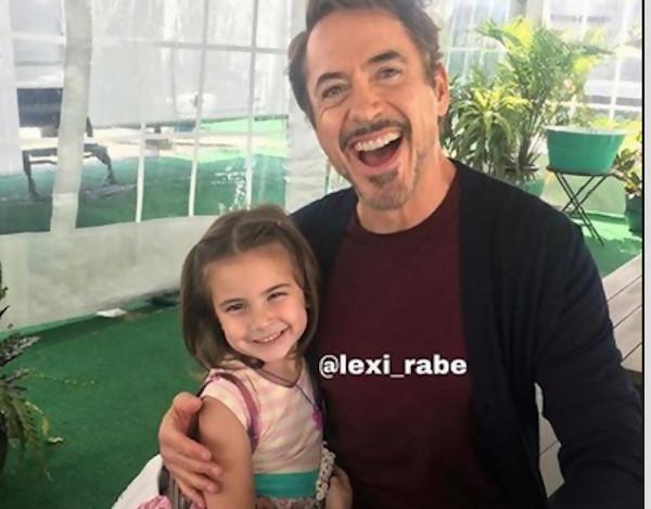 La jeune actrice Lexi Rabe (Morgan Stark) harcelée par des fans — Avengers