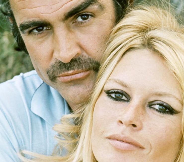 Sean Connery nu et en chaussettes dans le lit de Brigitte Bardot
