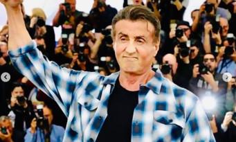 Sylvester Stallone montre ses muscles devant un public hystérique à Cannes